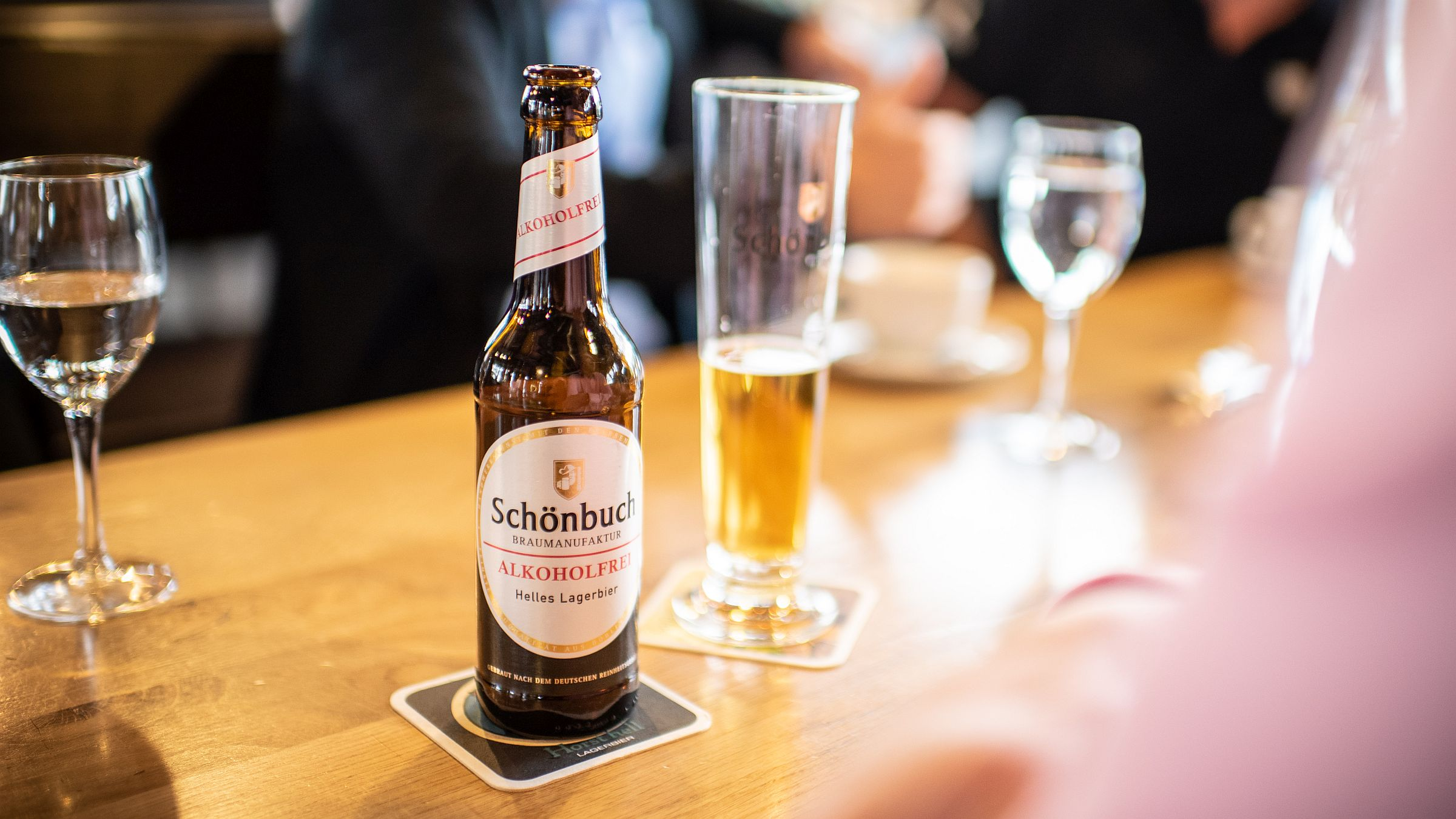 The non-alcoholic beer trend is also spilling over into the craft beer market. The photo shows a top pick at the World Beer Awards: the wheat beer produced by Böblingen-based Schönbuch Braumanufaktur on the GEA AromaPlus dealcoholization plant. Image: GEA/Mike Henning