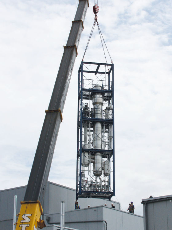 Drop down of the film evaporator when lifting into the building. (Photo: GEA)