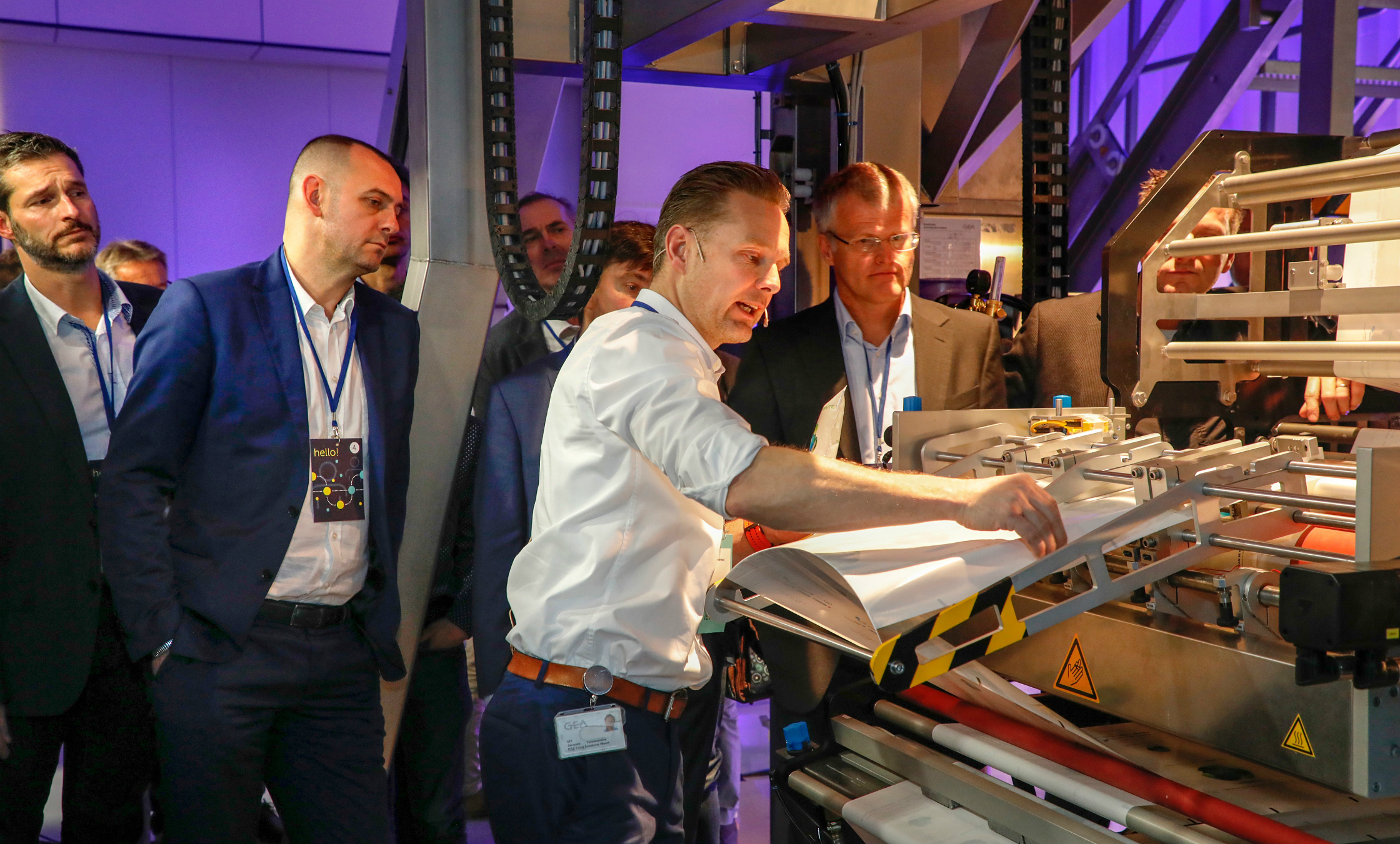 Jacques Timmermans, the product application specialist at GEA showed the adjusted pack line GEA SmartPacker CX400 Quatro Seal during a live demonstration. (Fig. GEA)