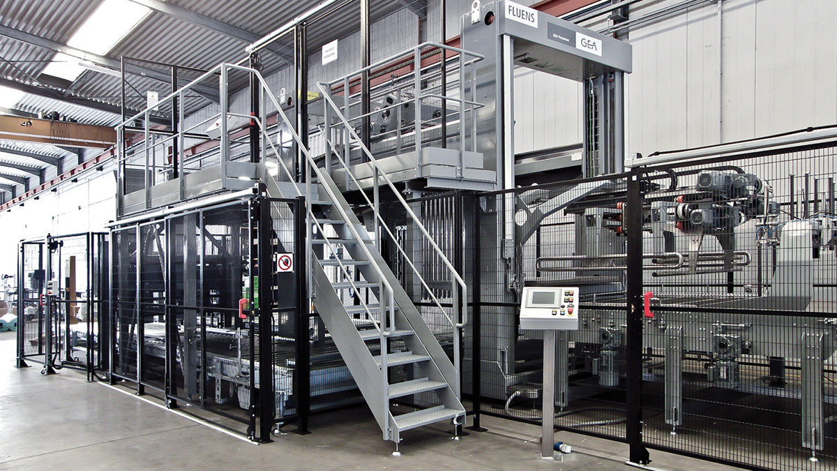 The low level product infeed palletizer Fluens with vertical lift pallet loading